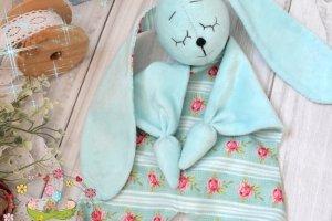 Плюшевый ЗАЙКА. Комфортер для малышей - Опис