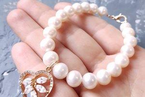 Браслет з натуральних перлів з позолоченою підвіскою - Опис