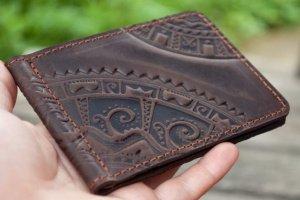 Шкіряний зажим для грошей коричневий з тисненням - Опис
