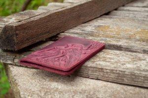 Обложка на паспорт кожаная женская с птичками бордо - Опис