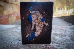 Кожаная обложка на паспорт В невесомости  - Опис