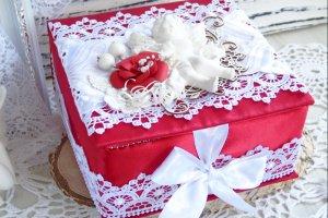 Робота Атласная коробочка в красно-белом цвете с ангелом