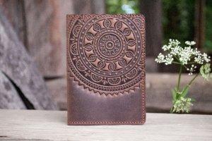 Мужская Обложка на паспорт кожаная коричневая Этно - Опис